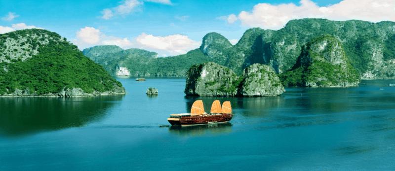 Baie d'Halong vue Panoramique durant croisière sur la Baie d'Halong